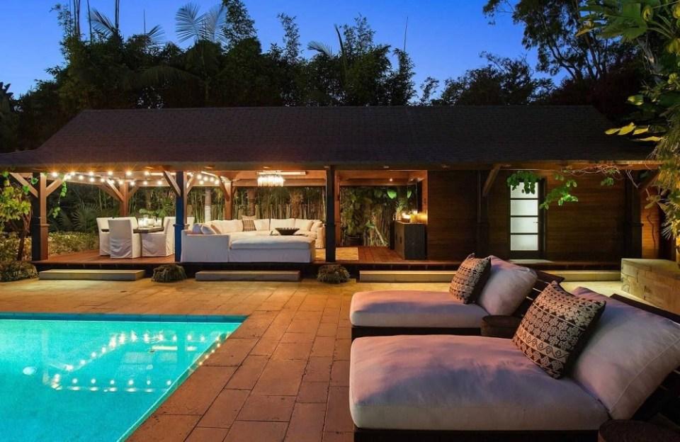 El patio de la mansión de Damon está rodeado de infinidad de árboles