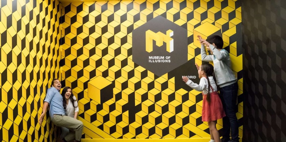 En el Museo de las Ilusiones podrás convertirte en un enano o un gigante, según dónde te coloques en la sala