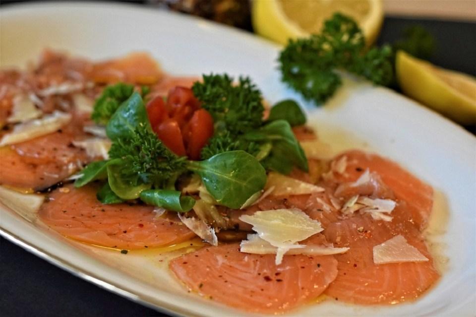 El carpaccio de carne o de pescado es uno de los platos de la comida típica de Italia del norte