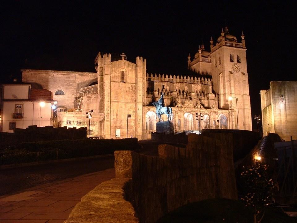 La catedral es uno de los sitios que ver en Oporto que no puedes perderte