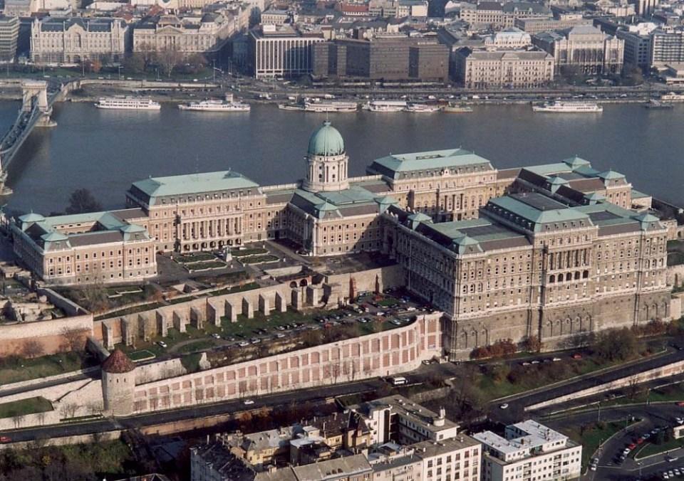 El Palacio sufrió múltiples reformas a lo largo de los siglos, incluyendo el siglo XX