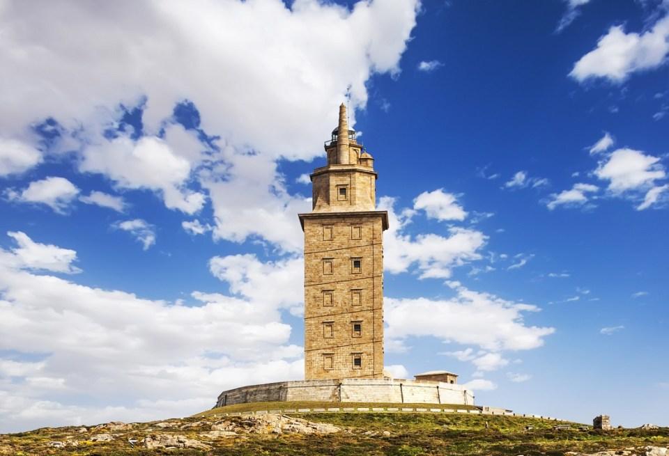 La torre de Hércules es uno de los sitios más emblemáticos que ver en Galicia