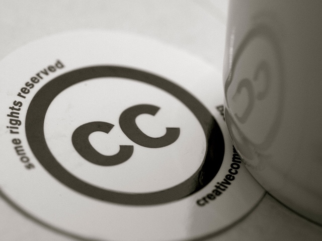 Ein Tassenuntersetzer mit CC-Logo