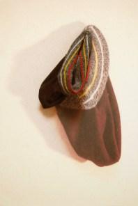 arch.n. 868 berr nero berretto resinato + riproduzione fotografica su tela applicata a tavola cm 75 x 51 – anno 2009