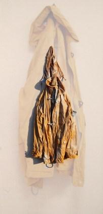 arch.n. 889 giubb giallo giubbotto resinato + riproduzione fotografica su tela applicata a tavola cm 200x96 - anno 2009