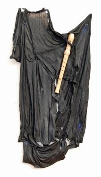 arch.n. 890 Abito mentale-flauto nero maglietta resinata + flauto + teka - anno 2009 cm 60x 5 x H 100- Catalogo ed. Bozzetto e Art&Media