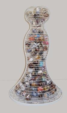 arch.n, 1.053 Ipazia dell'Arte ferro smaltato + 130 ca sfere in PVC contenenti materiali misti che ricordano tutte le arti 2011/12 – cm 83x93 x h 143 Catalogo ed. Bozzetto