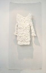 arch. n. 1045 Metamateria1 rete in ferro + fiori in nylon – 2011 – cm 100 x h 200
