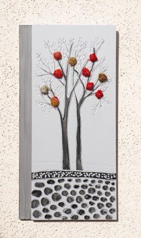 """I buoni frutti - Archivio n. 1846-A dittico - cm35x17 - anno 2020 smalto e incisione su PVC da riciclo +""""frutti"""" creati con vestiti usati compattati con filo di acciaio inox e resina. Avvitati dal retro. L'opera è archiviata ed è completa di attaccaglia. € 35"""