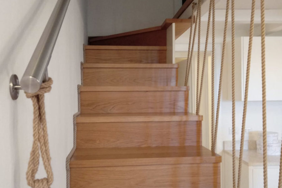 scala-in-legno,-corrimano-in-corda,-appartamento-in-sardegna