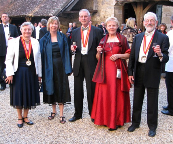 Damas e cavaleiros do Tastevin brindam no pátio central do Castelo Clos-de-Vougeot.