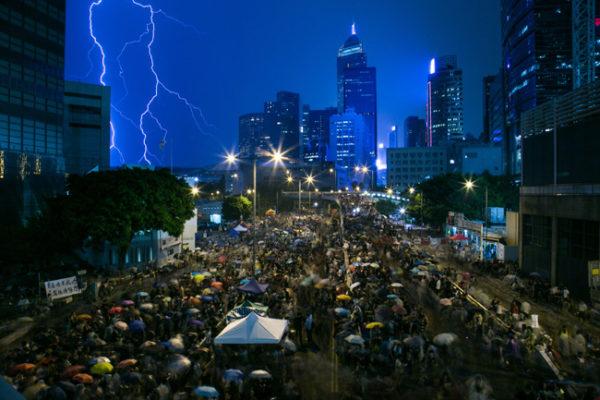 Até mesmo à noite, a multidão lota as ruas da cidade de Hong Kong