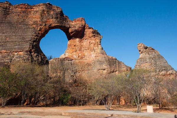 A Pedra Furada, formação geológica que dá nome ao parque.