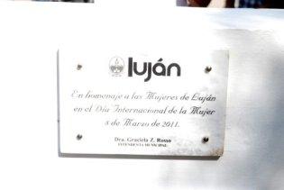 DIA DE LA MUJER. La placa en homenaje a las mujeres de Luján