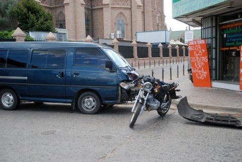 La moto y la camioneta, en la esquina de 9 de Julio y Mitre