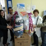 Larzinho recebe o prêmio e as roupas que doamos