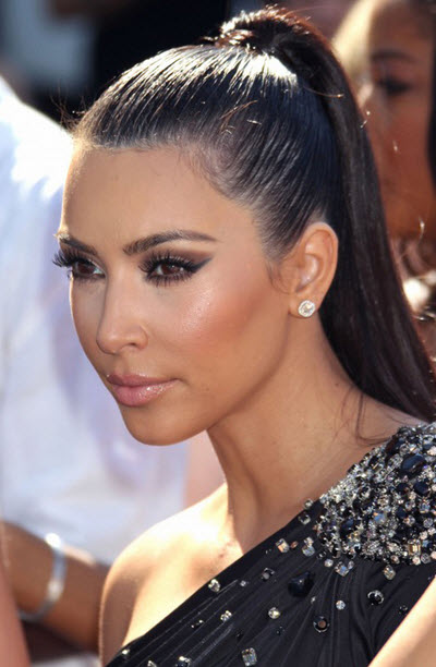 Kim Kardashian coafata cu coada de cal la o rochie de seara prinsa pe un umar