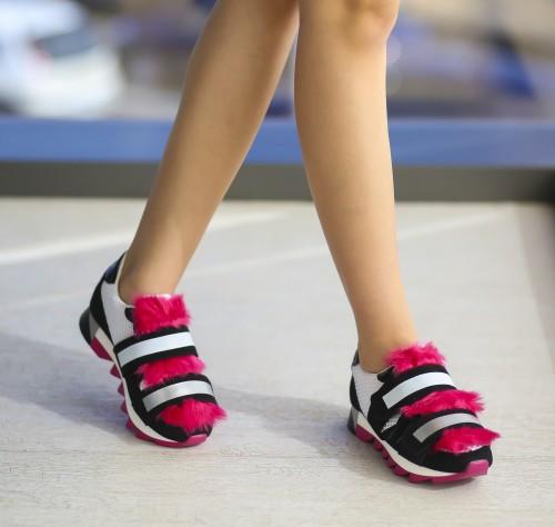 pantofi josi cu talpa structurata groasa cu branita roz si benzi alb cu negru