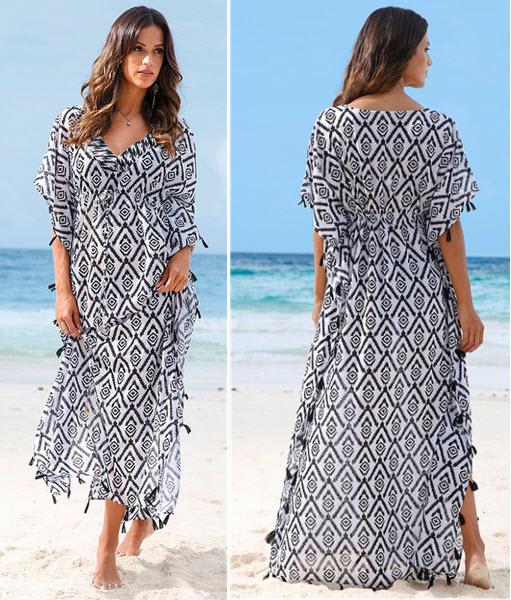 O rochie de plaja diafana realizata din material transparent