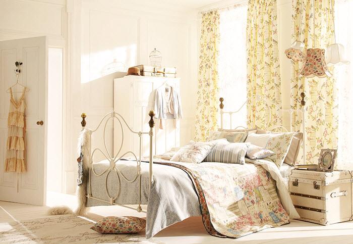 dormitor clasic in stil shabby chic cu draperii cu flori