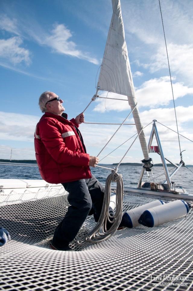 Lac Saimaa - Finlande - navigateur catamaran hisser la grande voile soleil