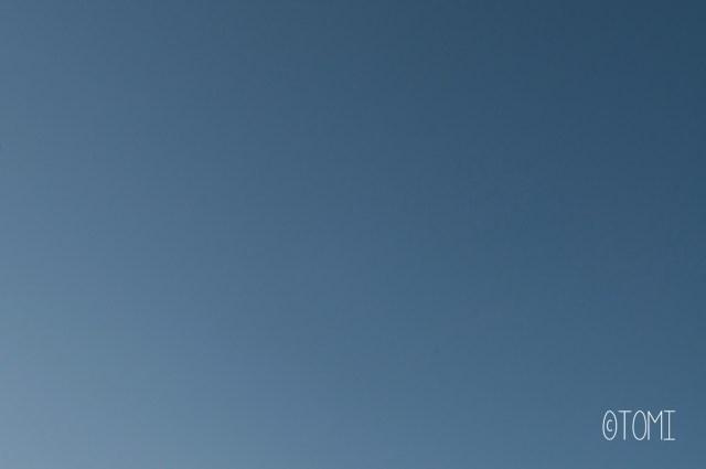 Tomi, Mon neveu autiste - enfant autiste -Photographie - reportage - autiste photographe - monochrome ciel bleu