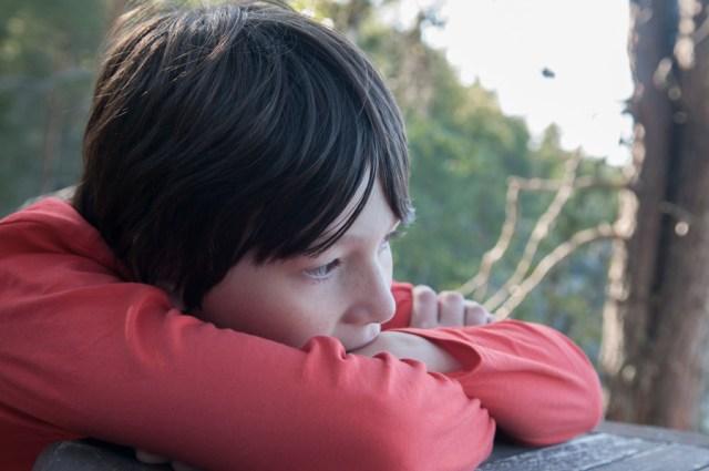 Tomi, Mon neveu autiste - enfant autiste - Photographie d'un petit garçon dans sa bulle. © Lumi Poullaouec