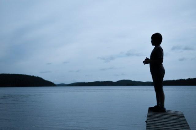 Tomi, Mon neveu autiste - enfant autiste -Photographie - reportage - nuit - ponton ombre