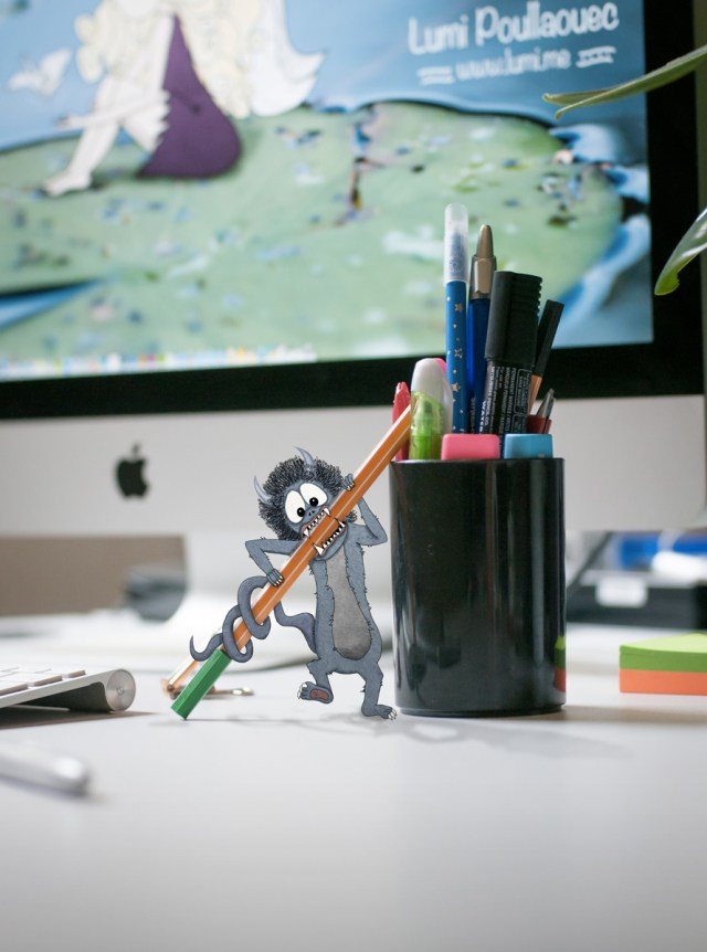 Illustration d'un monstre mangeur de stylos sur un bureau. © Lumi Poullaouec