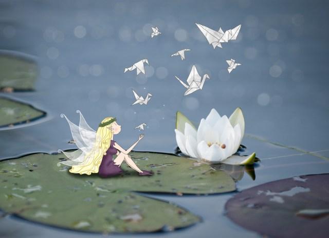Petite nymphe des lacs créant des origamis d'oiseau prenant vie. Elle est assise sur un nénuphar à coté d'un lotus. © Lumi Poullaouec