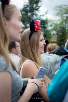 Jeune fille blonde avec des oreilles de mickey sur la tête. ©Lumi Poullaouec