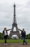 Jeunes filles devant la Tour Eiffel. ©Lumi Poullaouec