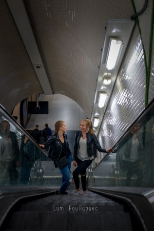 Jeunes filles dans les couloirs du métro. © Lumi Poullaouec