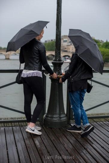 Jolie jeune fille sous la pluie sur les quais de seine. © Lumi Poullaouec