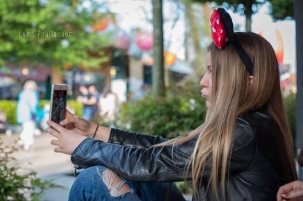 Selfie duck face d'une jeune fille au blouson en cuir. ©Lumi Poullaouec
