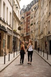 jeunes filles blondes dans les rues de Paris. ©Lumi Poullaouec