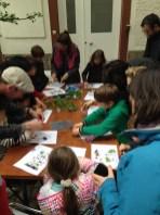 Les enfants réunis autour de la table pour préparer leur cyanotypes durant l'atelier de Lumi Poullaouec.
