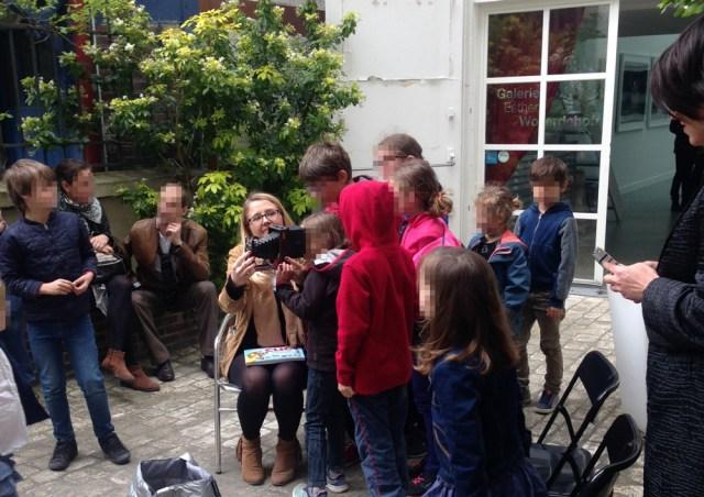 Les enfants découvrent les vieux appareils photo de Lumi Poullaouec lors de l'atelier cyanotype.