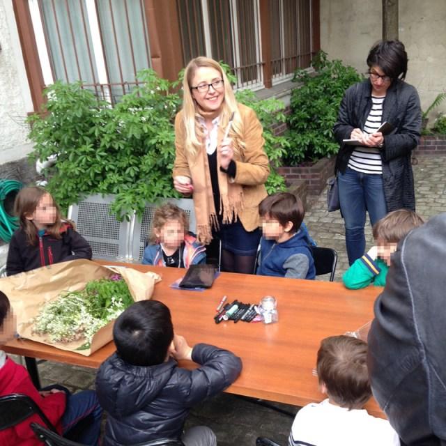 Lumi poullaouec entouré de petits photographes en herbe lors de l'atelier gratuit pour les enfants à la galerie.