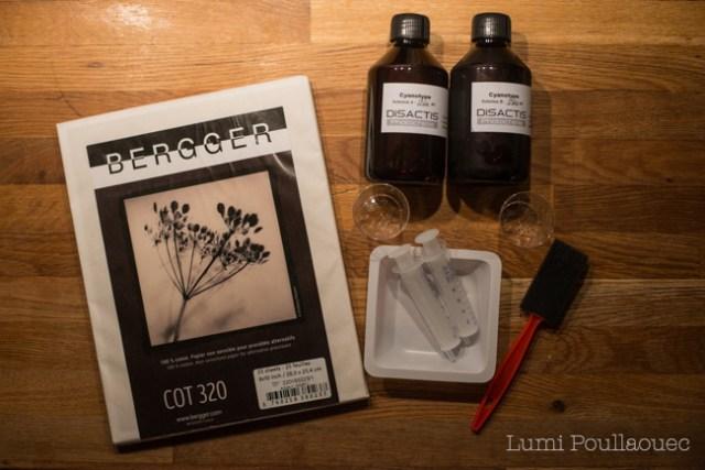 Photo d'un kit de produits chimiques pour enduire des feuiller cyanotype