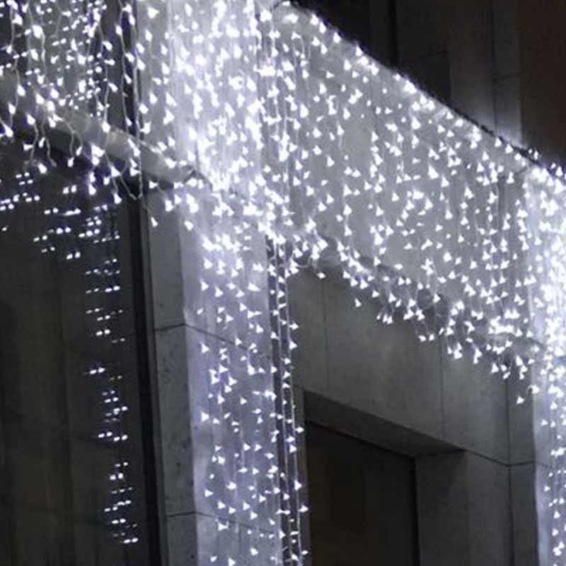 Fine novembre è proprio il momento in cui anche le amministrazioni comunali installano le luminarie per vestire il paese a festa, illuminando le strade. Tenda Luminosa Led Natale Ghiaccio Flash Mt 2x5 Luminariaitalia