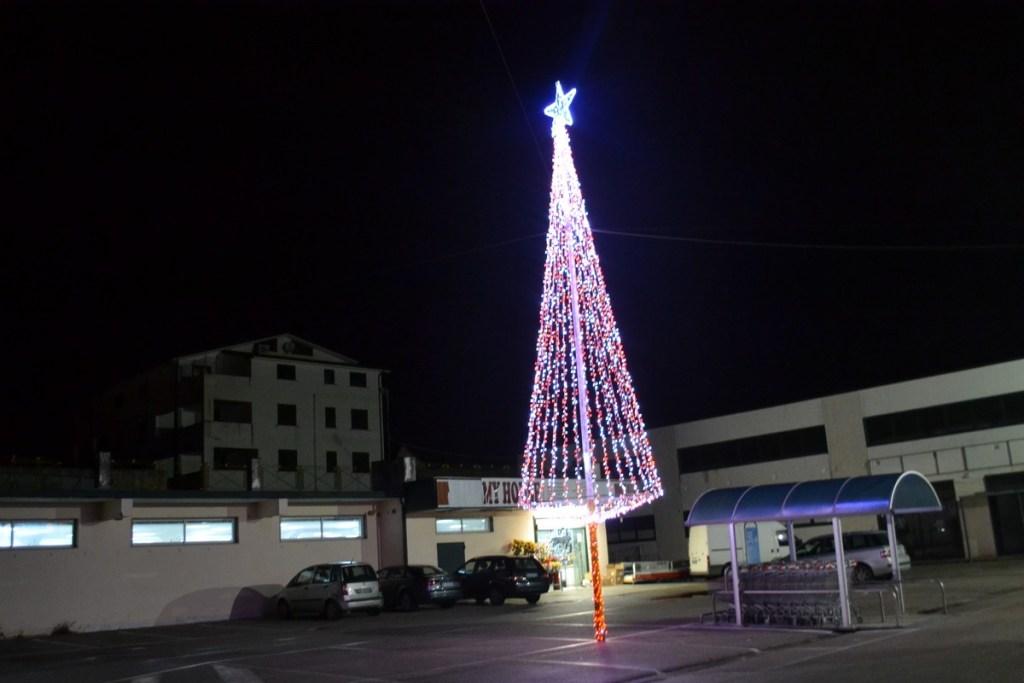 (Foto 15- 21) Albero stilizzato total. flash bianco-rosso 9 m (visiona video)