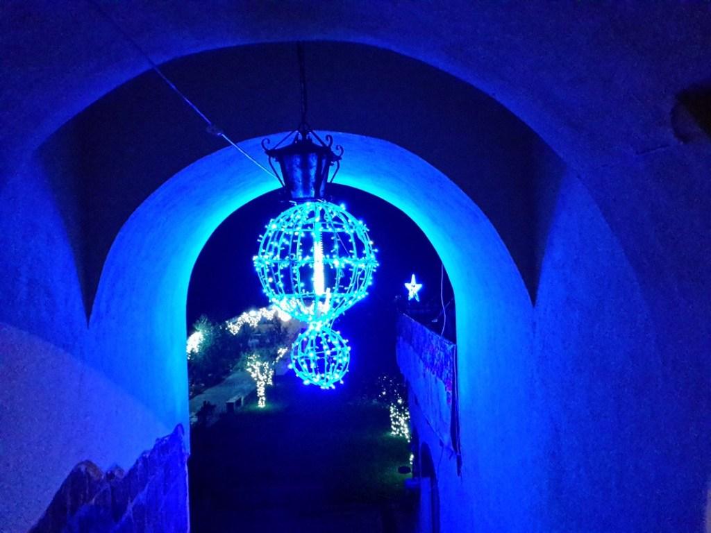 (Foto 15- 73) galleria con Sfere da 65 cm blu