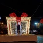 (Foto 16 -04) Pacco regalo gigante 5x5x5m b.caldo e rosso