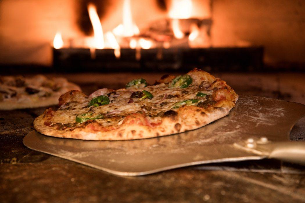 Riapertura Ristorante Pizzeria Al Tavolo Al Coperto a Parma con Luna Blu: Pesce Forno a Legna Parcheggio Wifi Cucina Casalinga e per bambini Dehors
