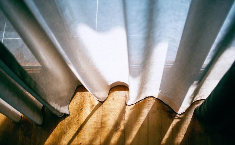 Cortinas y estores que protegen y aportan luz a tus estancias