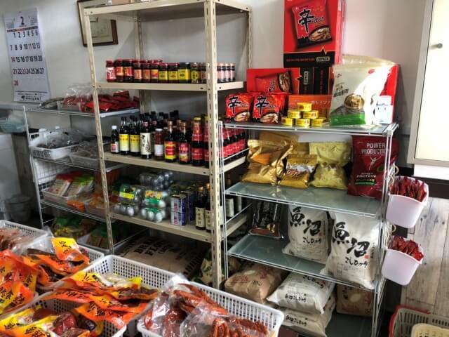 アジア特産商店の店内のラーメンや米などの食品たち