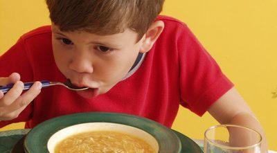 ילד אוכל מצלחת מרק