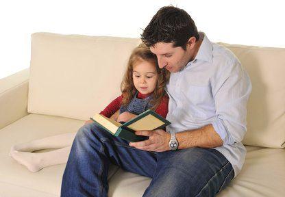 אבא מקריא סיפור לביתו