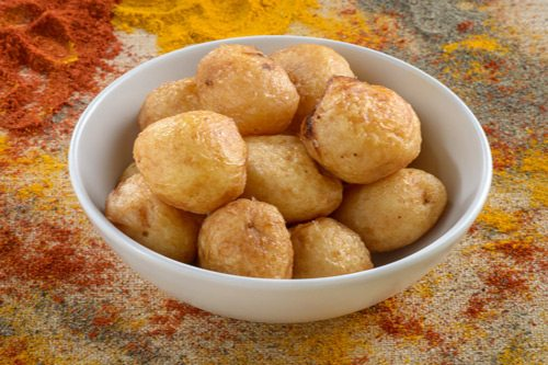 תמונה של צלחת עם תפוחי אדמה אפויים